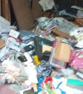 部屋の床が見えないゴミ屋敷